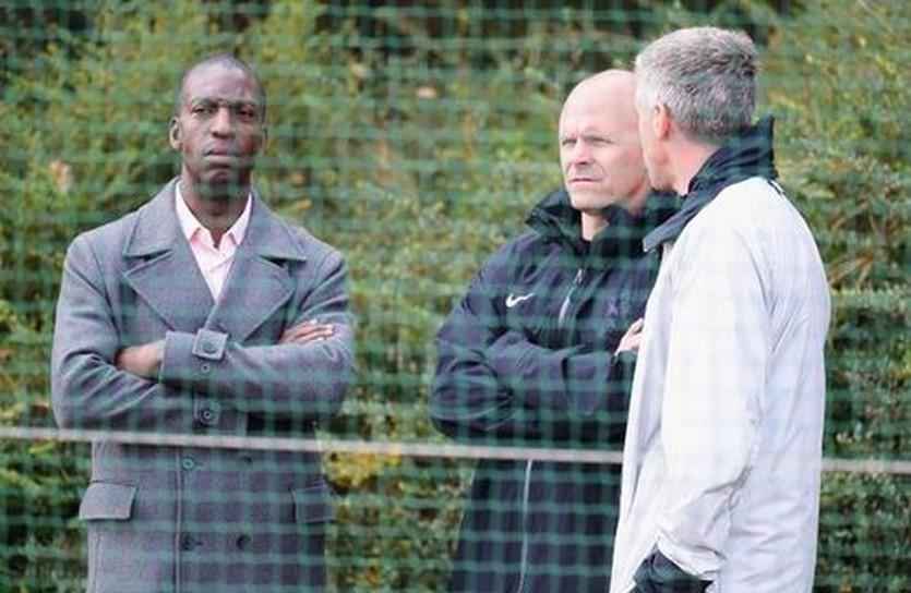 Джонсон (слева) следит за тренировкой Арсенала, mirror.co.uk