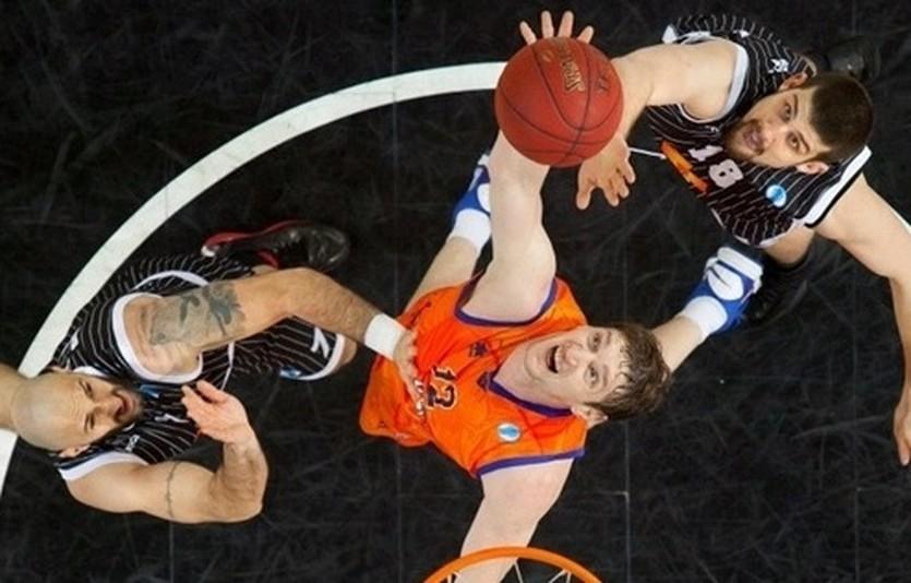 Сергей Лищук в борьбе под кольцом, фото eurocupbasletball.com