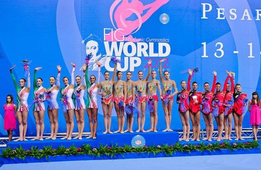 Медальный пьедестал: сборная Украины - справа, rgworldcup-pesaro.it