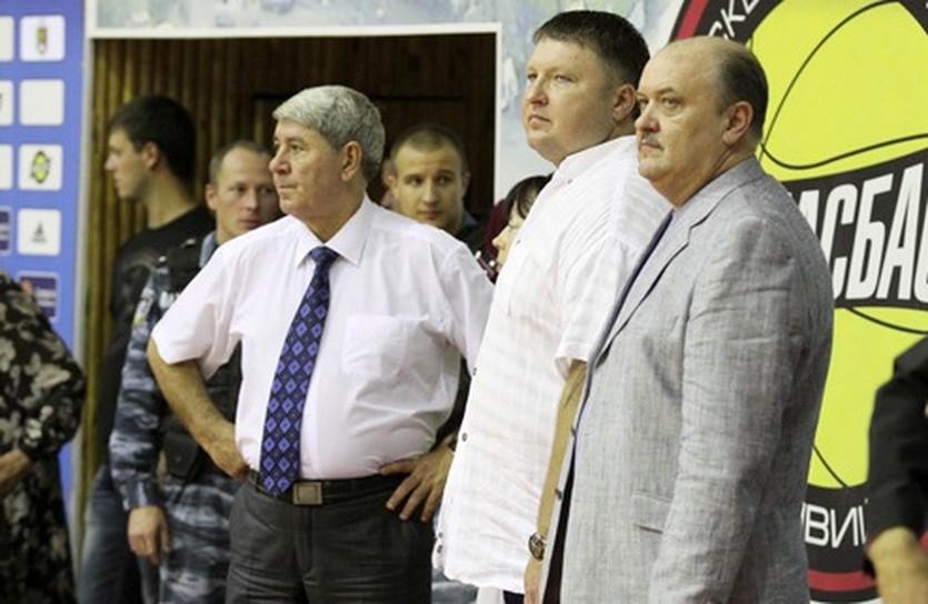 Анатолий Буряк (в центре), фото БК Кривбассбаскет