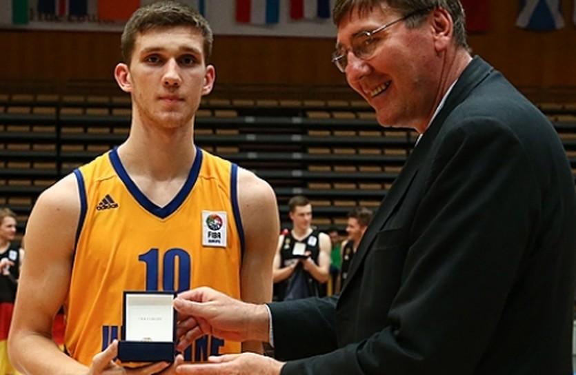 Михайлюк и его награда, фото FIBA Europe