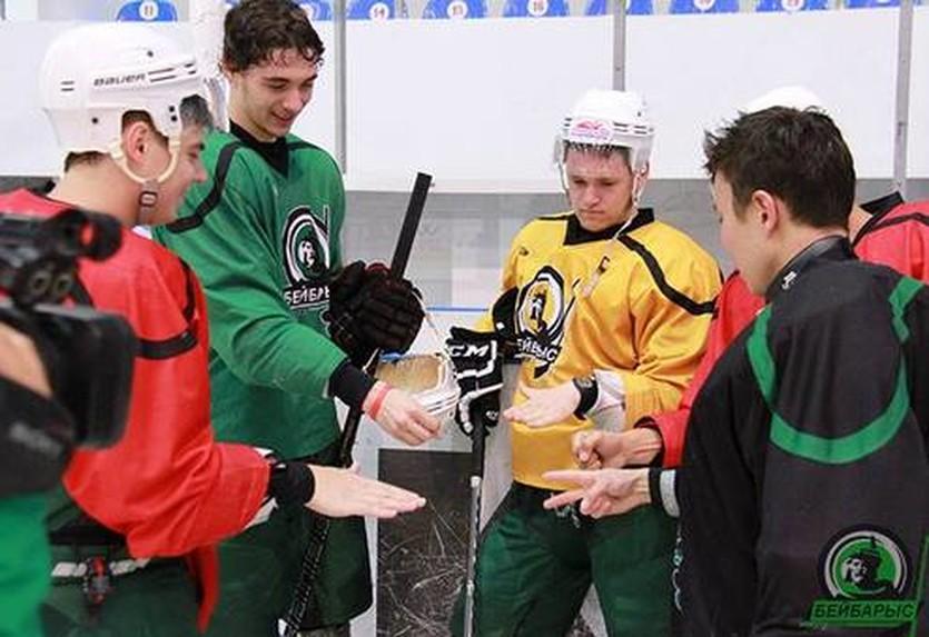 Виктор Захаров (слева в зеленой форме), фото ХК Бейбарыс