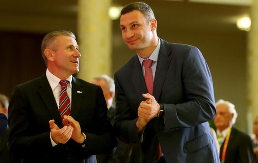 Виталий Кличко (справа)