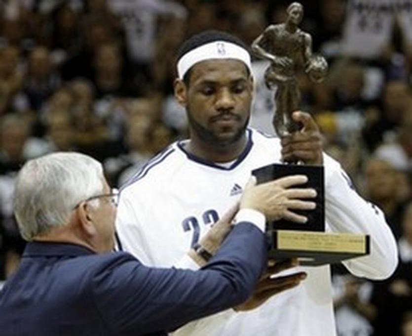 Дэвид Стерн награждает Леброна призом MVP, AP