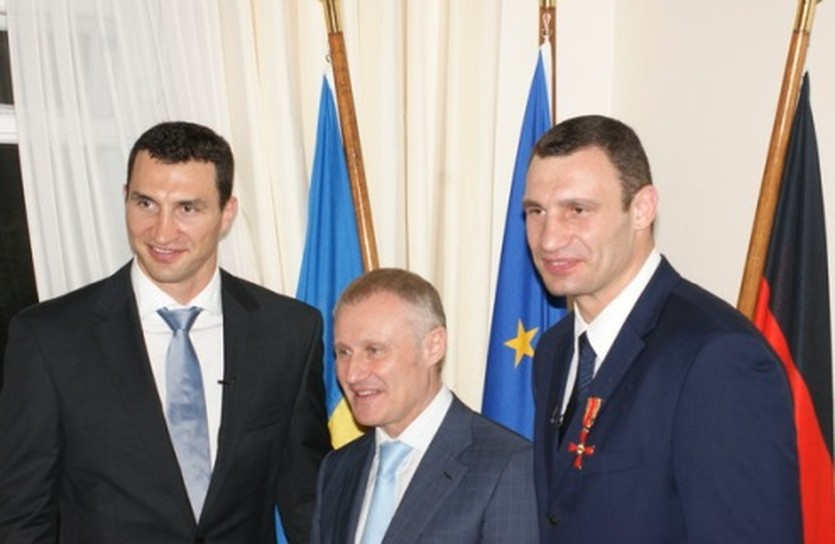Григорий Суркис и братья Кличко, фото kiew.diplo.de