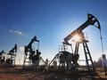 Нефть дорожает на ослаблении доллара