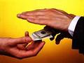 Двоих чиновников поймали на взятке 40 тыс долларов
