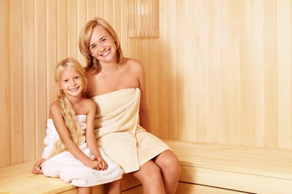 В бане или сауне ребенку лучше сидеть на нижней лавочке
