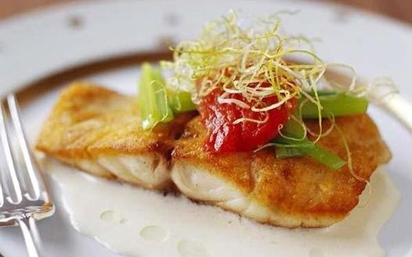 Жареная рыба с белым соусом