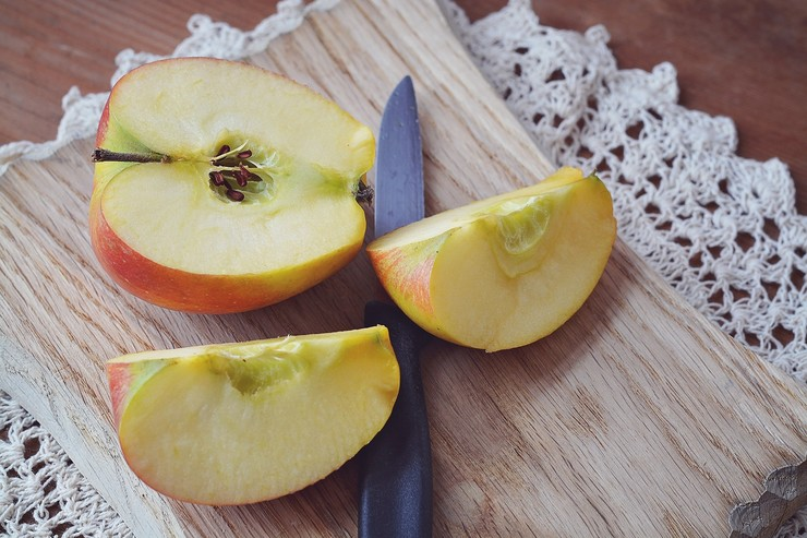 Нарезанное яблоко не потемнеет, если…