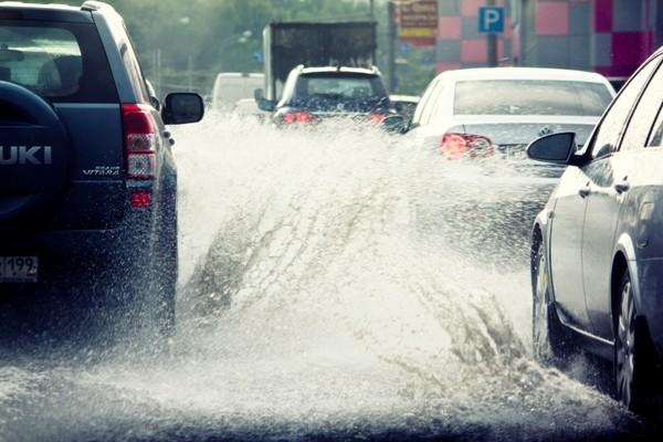 Как безопасно водить в дождь