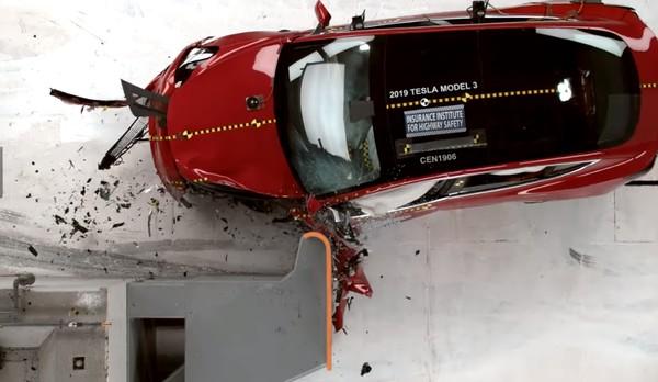 Tesla Model 3 на отлично прошел беспощадный краш-тест - видео